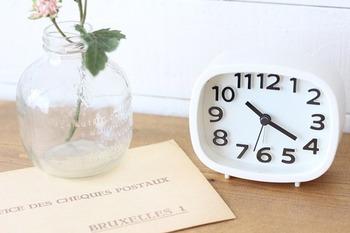 インテリアとして大活躍の置時計も100円ショップで購入できます!こちらは300円商品だそうですが、300円でもお得ですよね。見やすい文字盤で日常生活の中でも大いに役立ちそうです。
