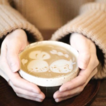 きょん。さんおすすめの「ぼくのみるくコーヒー」は、カップに描かれたラテアートがめちゃくちゃキュート!ほんのり甘く優しい味わいに、ほっと心が和みます。自家焙煎の美味しいコーヒーをはじめ、軽食やスイーツのメニューも充実。まったりできる居心地の良いお店なので、ご家族やお友達とはもちろん、一人カフェにもぜひおすすめですよ♪