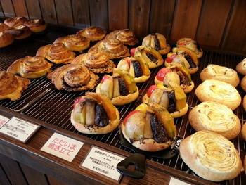 食パン以外のパンは、当日店頭でも買うことができます。時間によって焼き上がるパンも色々なので、1日に何度行っても違うパンに出会えます。レンコンのフォカッチャ、クロワッサンザマンド、豪快タルティーヌ、イベリコ豚のバトン、和栗のデニッシュなどなど、名前を聞いただけでも美味しそうですね。予約必須の食パンを使ったハニートーストは、1人5個しか買えないほどの人気です。