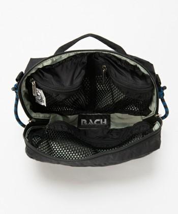 内側に3つのメッシュポケットがついていて収納力抜群。フルオープンになるZIPタイプは、取り出しやすさもよくて旅行にも普段使いにもピッタリです。