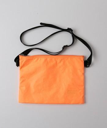 サコッシュとは、元々は自転車のレース中に補給食などを選手に渡す時に使用される、シンプルで軽量なバッグのこと。
