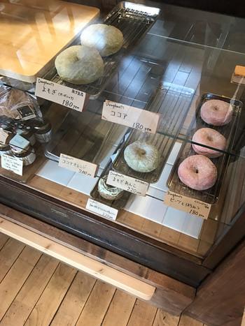 ふじりんご、珈琲チョコチップ、ビーツとはちみつ、などちょっと今まで見たことがないドーナツもあります。こちらのドーナツは、フワフワもっちりの軽い口当たりで、いくつでも食べられそうです。ドーナツの油っぽさが苦手な方にも◎