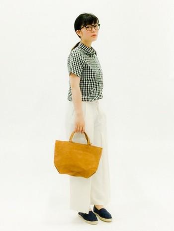 服をシンプルに抑えた、バッグが主役のコーディネート。白のパンツに鮮やかなイエローが映えて、思わず振り返ってしまいそう!  (RENレザーハンドバッグ ハリー・ランチバッグS)