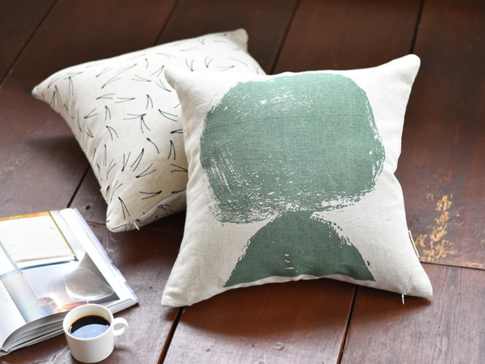 グリーンやブラウンのラグや板間に映えます。カフェタイムなどくつろぎのスペースに、グリーンのクッションはいかがですか?
