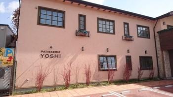3件隣に移転&リニューアルされたYOSHI YOSHIは、閑静な住宅街に佇む『知る人ぞ知る』ケーキが美味しいと有名なお店。そのメニュー内でパフェも美味しい!と口コミで広がり、現在に至ります。