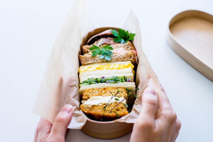 サンドイッチをお弁当箱に詰めたら、乾燥してぱさぱさになっていたことはありませんか?特に、曲げわっぱのように水分を吸収する素材のお弁当箱にパンを詰める時に気を付けたいですね。  ワックスペーパーで包んでからお弁当箱に入れれば、パンが乾燥することがないのでおいしさがキープできます。ワックスペーパーのサイドをサンドイッチの上にかぶせれば、上の部分もパサつきませんよ。
