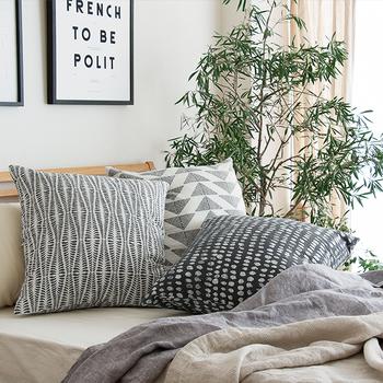 黒の面積が多いデザインは、クールで引き締まった印象に、また繊細なラインアート図案や白の面積が多いクッションは白い壁紙との相性が良く、清潔感と優しさがあるお部屋の印象にしてくれます。重ねてたくさんベッドやソファに置いてもいいですね。