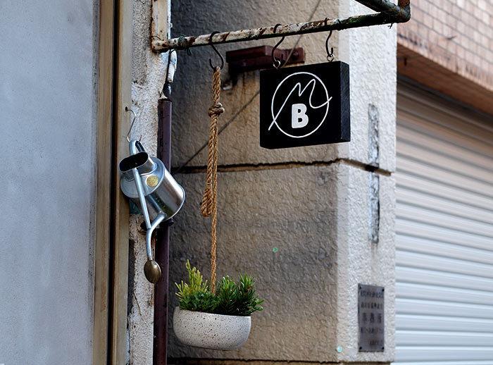 フランスでの修行経験を持つパティシエが2014年にオープンした「Merci BAKE(メルシーベイク)」は、その美味しさで人気を集め午後にはケーキが売り切れてしまうことも多いそうです。白を基調としたおしゃれな空間は、鈴木工芸社・鈴木一史さんによるもので、シンプルなケーキを引立ててくれますね。