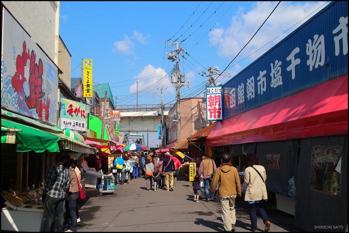 函館朝市には海鮮自慢の北海道が誇る新鮮な魚介類が並びます。海産物だけではなく、乾物、野菜や果物、衣料品まで約600もの店舗が所狭しとひしめき合います。