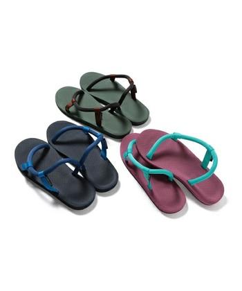 靴下のまま履けるので大人気の「ソックオンサンダル」。S字状の形をした鼻緒がしっかり支えてくれます。
