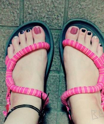 ソックオンサンダル同様、靴下と共に履ける「ソックオンサンダル コンフォート」。さらに履きやすく耐久性に優れたアウトソールを採用しています。