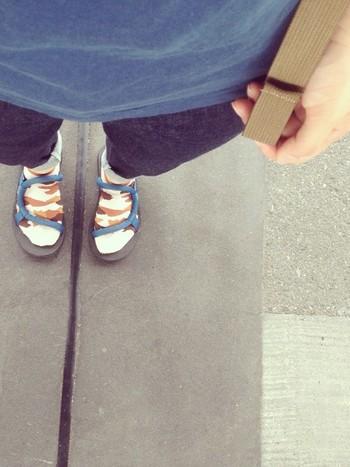 ソックスと共に履けるソックオンサンダル。派手な柄の靴下とコーディネートしてもキュートです。