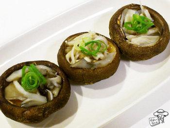 椎茸の傘にバターを入れてグリルで焼き、塩きのこをのせます。シンプルですがとても味わい深く、お膳を盛り立てる素敵な一品になります。