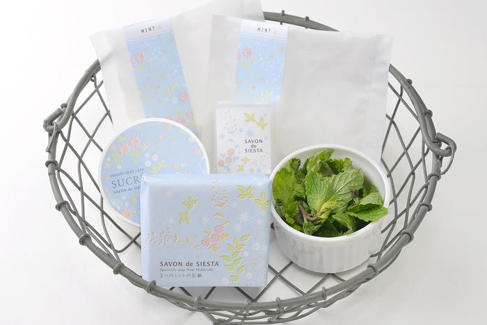 お店を訪れたらぜひ、毎月登場する限定商品をチェックして。こちらは「3つのミント」シリーズ。お肌にひんやり感を届けるメントールと、3つのミントの精油で香りをつけた、毎年大人気の限定製品です。  (画像提供:SAVON de SIESTA様)