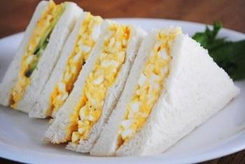 お店の味を目指すなら、まず茹で卵は黄身と白身に分けて調理するのがポイント。黄身はしっかり潰し、マヨネーズや牛乳、バターなどを加えよく混ぜ合わせます。白身は刻んで別で塩、砂糖などで味付け。卵に味がしっかり絡んで、水っぽくならずにふわっとした仕上がりになります。