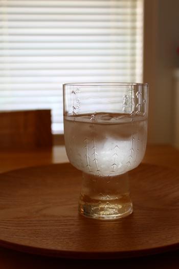 まずは水で割ってみましょう。水だと梅の風味がダイレクトに伝わってきます。梅シロップの味を存分に味わうことができますよ。