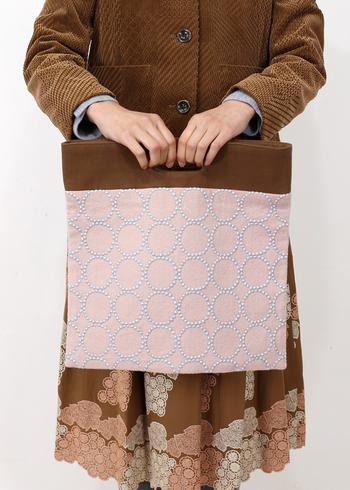 四角いシルエットが新鮮なフラッグバッグ。 二つ折りにすればクラッチになり、おめかしした日にも使いやすいバッグです。