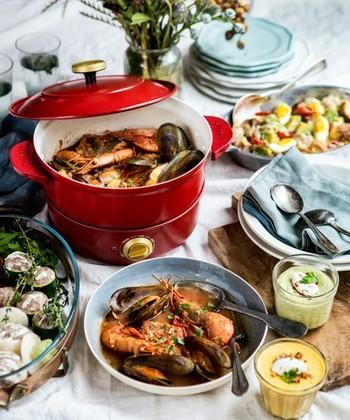 「煮る・焼く・蒸す・揚げる」。1台4役で、幅広く活躍するホーローライクな多機能鍋は、大人気のライフスタイルブランド「BRUNO」のアイテム。  置くだけで、食卓やキッチンをおしゃれに見せてくれるホーロー風の鍋は、電源ベースから取り外して直火もOKな優れものです。料理をお手伝いしながら、父の日をみんなでお祝いするのもいいですね◎。
