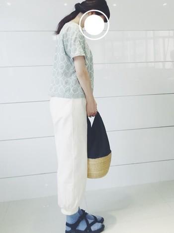 太めのパンツやふんわりスカートに合わせたいトップス。丸みのある柄は、優しい雰囲気に見せてくれます。