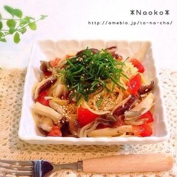 塩きのこや塩トマトなど、常備菜をうまく掛け合わせた冷製パスタ。これからの季節にぴったりなメニューです。材料が何もないときにも助かりますね。