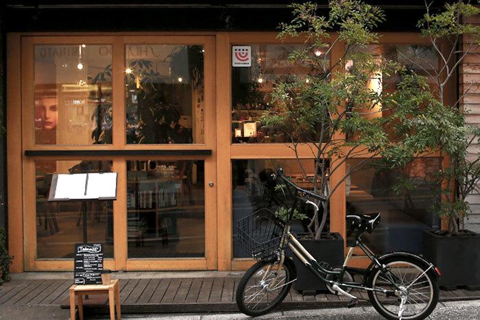 大きな回転扉が目印「STUDY」の店名は、街のシンボル松陰神社に祀られている吉田松陰先生が「勉学の神様」ということから名付けたそうです。店の内外にグリーンが配置され、ナチュラルで心なごむ空間をつくりだしています。