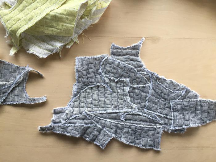 こちらは、後日瀬谷さんから届いた写真。ミシンで端切れを縫い合わせています。どんどん大きくなって、一枚の布として使える日がくるのでしょう(画像提供:COOVA)