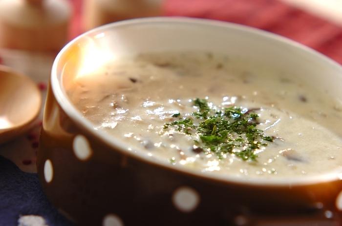ミキサーを使わずにできる、手軽なきのこのポタージュスープ。このレシピでは、生のきのこを加熱していますが、塩きのこを使うのもうまみたっぷりでよさそうですね。