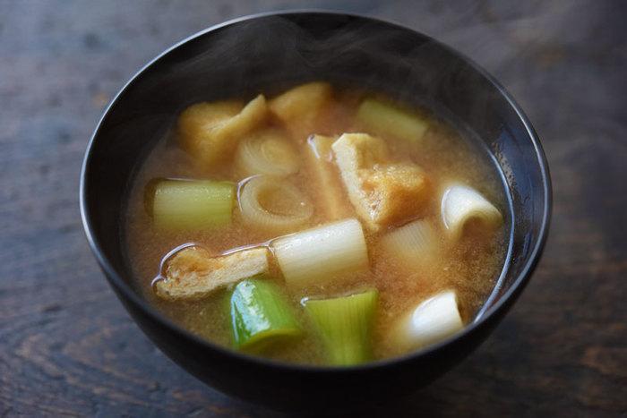 """和食の基本の汁物""""味噌汁""""。いい香りがしてきそうなネギと油揚げの味噌汁を作ってみましょう。顆粒だしや水だしを使って手軽に作ることができますよ。"""