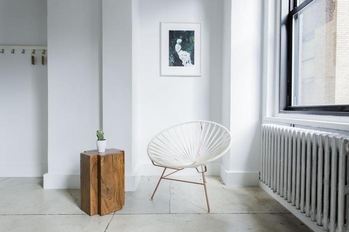 シンプルな部屋にラインの美しい椅子を置くと、まるでギャラリーのようなアート空間に。