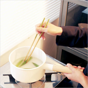 長い持ち手が1つの片手鍋と、小さな持ち手が2つの両手鍋が一つずつあると、大抵の料理はこなせます。同じ種類やシリーズで色違いなどでそろえると、キッチンに統一感がでてスッキリ見えますね。