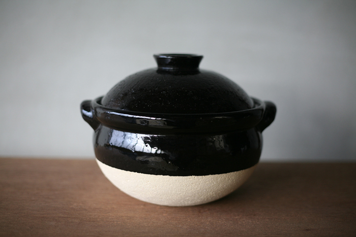 土鍋は鍋物をするときだけでなく、ご飯を炊いたり煮物をするときににも使える万能鍋なんです。じっくりコトコト煮込むおでんや煮込みうどんなど、いろいろ活用できますよ。