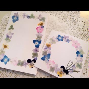 色々な押し花を使うと華やかな仕上がりに。押し花は優しい雰囲気があるので、ぬくもりのあるメッセージカードになりそうです。