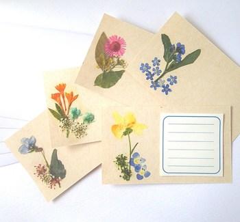 押し花を貼り付けると、花柄のカードとは異なる、温かみや可憐さが感じられるカードになります。  押し花は自分で作ってもいいですし、100円ショップでレジン用やネイル用などで売られていますので、それを購入してもよいですね。