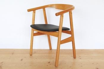 デンマークの巨匠ハンス・J・ウェグナーの椅子は、見た目の美しさと座り心地のよさを兼ね備えた洗練されたデザインが特徴です。
