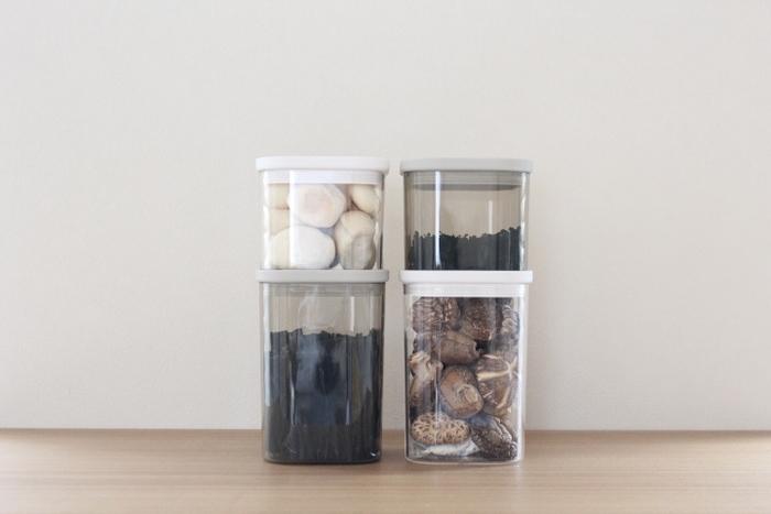 昆布やシイタケなどダシの元となる乾物品は、長期保存が可能なので、常備しておくと便利です。透明のキャニスターに入れておけば、取り出しやすくオシャレに収納できます。