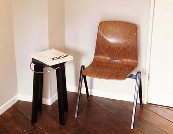 スタッキングチェアやキッズチェアは、スツール同様、場所をとらずにおしゃれな空間が作れるのでおすすめです。しっかりした作りなので、大人がちょこっと座っても大丈夫。部屋の隅に置いてちょっとしたくつろぎ空間を作ってみては。
