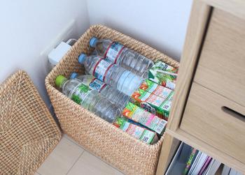 防災グッズにもなる飲料類は、多めにストックしておいて損はありません。フタ付きの大きめラタンボックスに収納しておけば、スッキリとオシャレに収納する事ができます。
