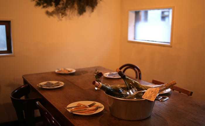 築60年の一軒家を改装した隠れ家のような小さなお店「LA GODAILLE(ラ・ゴダーユ)」は、ビオワインを扱うビストロ。「コントン レストラン」などを経験した品田大輔さんが料理を担当し、「IDÉE CAFÉ PARC」出身の清原奈那子さんがセレクトする自然派ワインが料理をひきたてます。