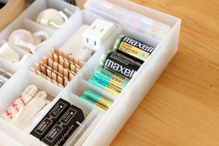 いざという時にないと困る電池も、ストックしておくと便利です。細々しやすいので、洗濯バサミ、クリップなど、小さな日用品のストック類と一緒に、間仕切りのあるボックスでわかりやすく収納しておきましょう。