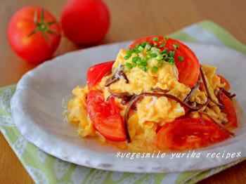 トマトの酸味が食欲をそそる、創味シャンタンを使った卵の炒め物です。彩りも鮮やかで来客のおもてなしにもいいですね。
