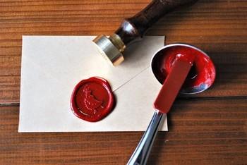 メッセージカードを入れる封筒の封をシールではなく、シーリングスタンプにするととってもおしゃれ! 上級アイテムに見えますが、セリアなどの100円ショップでも手に入るので、気軽に使うことができますよ。