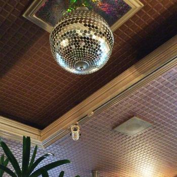 あ、天井にはミラーボールが。こんなところも、なんだか昭和チック。