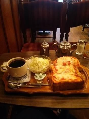 チーズトーストやピザトースト、温かいホットサンドは喫茶店ならではの味わいです。