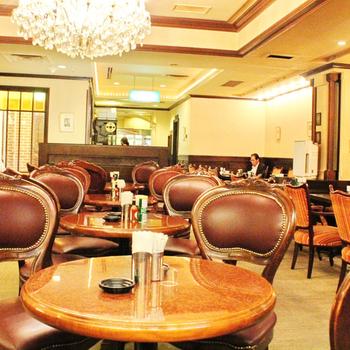 シャンデリアと椅子の雰囲気が、サロンと言いたくなるような雰囲気。ビジネスマンやお姉さんたちの憩いの場にもなっています。