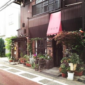 下北沢の喧騒を抜け、しばらく歩いた住宅街の一角にある「邪宗門」。下北沢で暮らしていた、森鴎外の娘・森茉莉さんが生前通い詰めていたことでも有名な名店です。