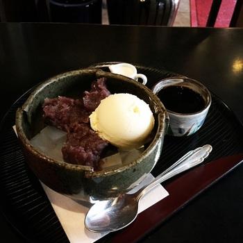 寒天、あんこ、バニラアイスにコーヒーとミルクをかけていただく「あんみつコーヒー」はファンの多い人気メニューです。