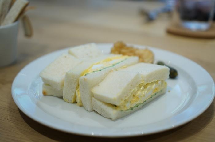 粗めに刻まれたたっぷりの茹で卵と薄くきれいに並べられたキュウリ、そして、口当たり優しいふわっとした食パン。食感の違いを味わいつつ、パンも具材も三位一体となったサンドイッチの醍醐味を存分に味わうことができます。