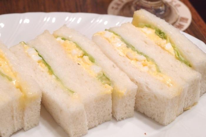 とろーり柔らかな茹で卵がふわふわの食パンに挟まれたタマゴサンド。卵そのものの甘みが伝わる味は安心のおいしさ。