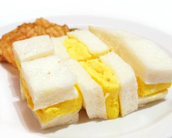 こちらはふわふわのオムレツを挟んだサンドイッチ。オムレツの中が少し半熟になっているのがポイント。ふわふわパンとふわふわオムレツの組み合わせも最高ですが、パンをトーストして、カリッとした食感を楽しんでみても。どちらも捨てがたいという方は、リピートしてみるという手もありますよ。