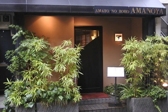 大阪生まれの風格あるタマゴサンドが食べられることで有名な、麻布十番の甘味処「天のや」。昭和7年に大阪で開店してからずっと多くの人々に愛されてきたお店。東京に本店を移しても人気は衰えることなく、むしろより熱烈なファンを増やしています。麻布十番の路地裏にあって、わざわ遠方から来る人もいるのだとか...。まさに知る人ぞ知る名店です。
